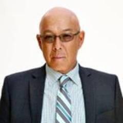 眼鏡をかけたマイケルポールチャンの写真