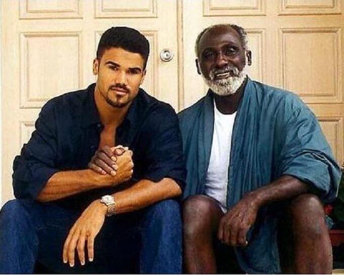 シェマ―ムーアが彼のお父さんと一緒に写ってる写真